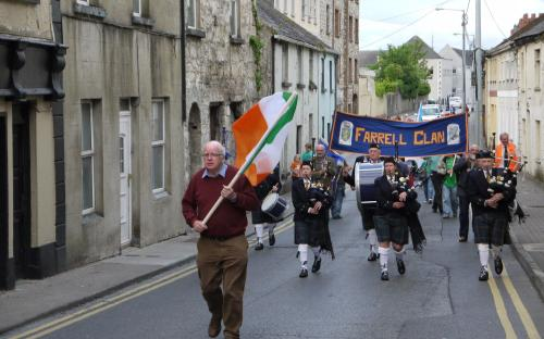 Pat Farrell, Cork,leads the Clan and The Longford Pipe Band.