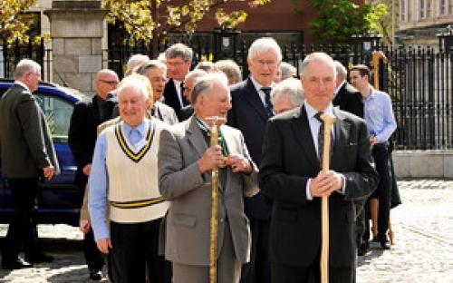 Parade of Clans begins outside Mansion House